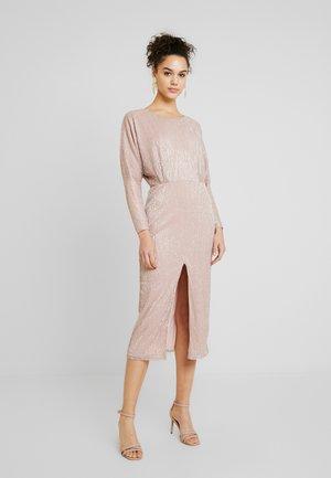 TWISTED BACK PLEATED DRESS - Žerzejové šaty - rose