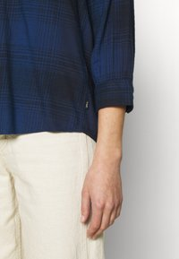 Lee - ESSENTIAL BLOUSE - Blouse - washed blue - 5