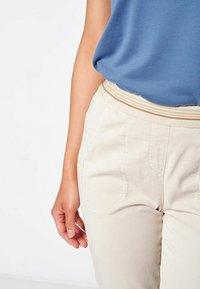 TONI - SUE - Trousers - sand - 1