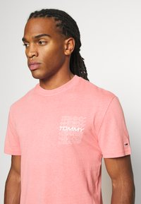Tommy Jeans - REPEAT LOGO TEE - Print T-shirt - rosey pink - 3