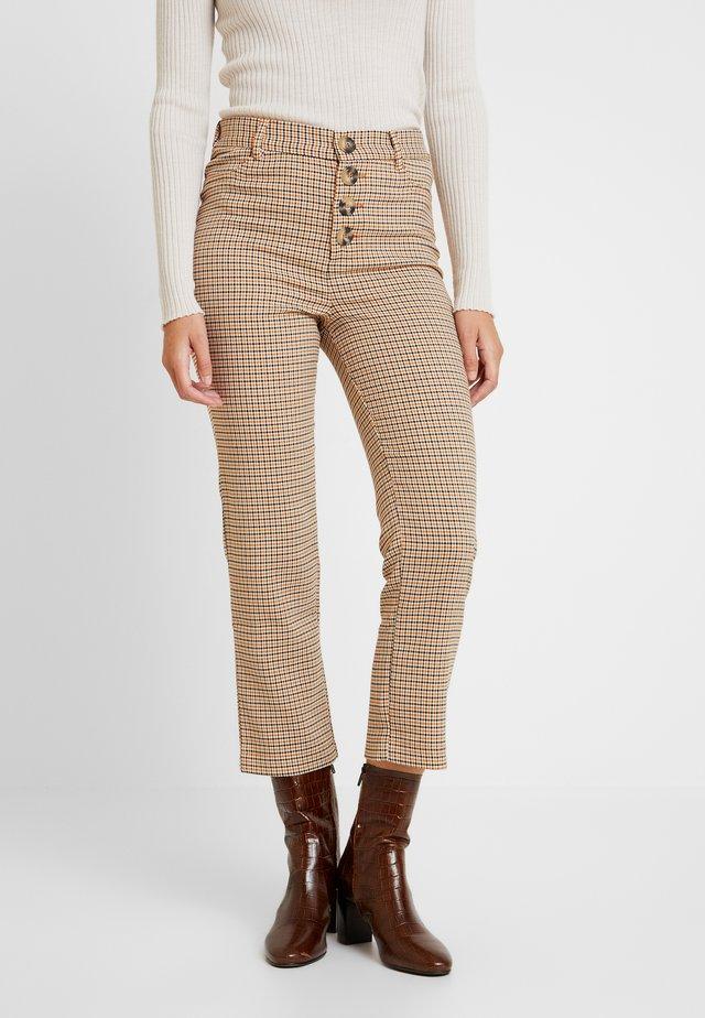 GYM CUADROS BOT - Pantalones - beige/camel