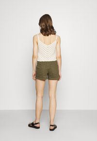 Vero Moda - Shorts - ivy green - 2