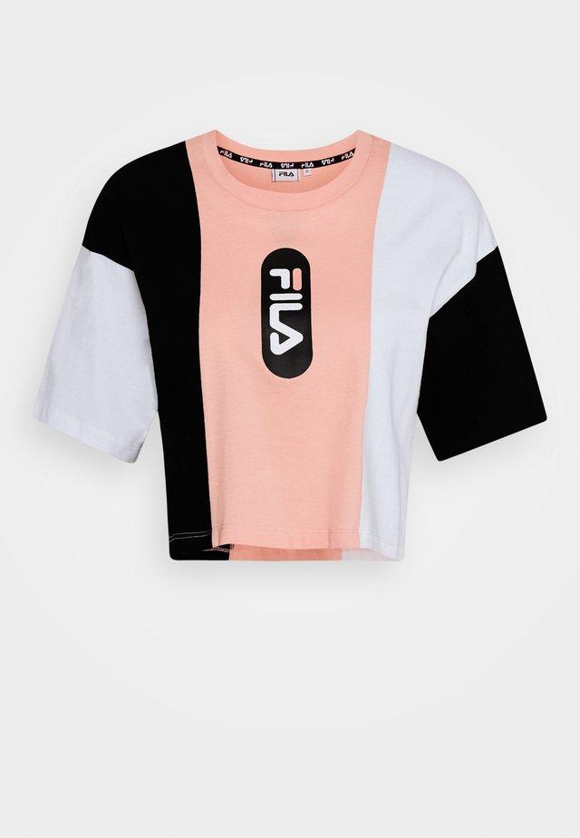 BASMA BLOCKED CROPPED TEE - T-shirt imprimé - black/bright white/coral cloud