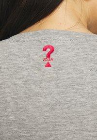 Guess - MINI TRIANGLE - T-shirt print - stone heather grey - 4