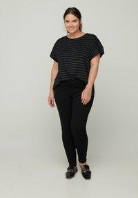 Zizzi - Print T-shirt - black - 0