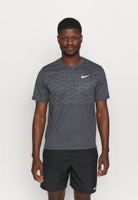 Nike Performance - RUN MILER  - Print T-shirt - black heather/silver - 0