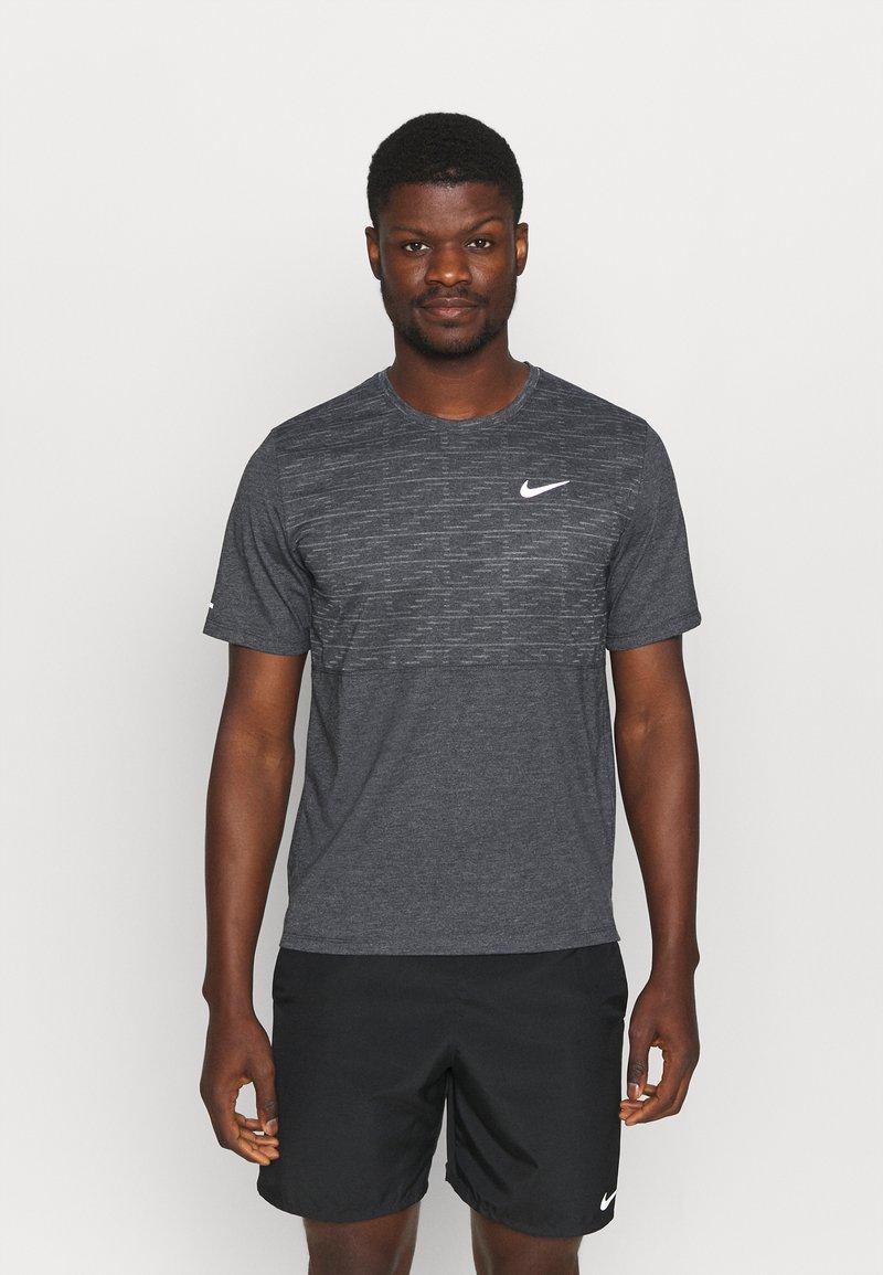 Nike Performance - RUN MILER  - Print T-shirt - black heather/silver