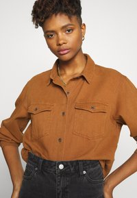 Missguided - BOYFRIEND FIT - Button-down blouse - camel - 3