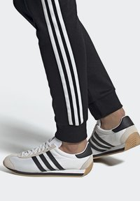 adidas Originals - COUNTRY OG SHOES - Sneakers basse - white - 0