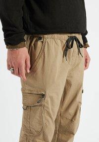 PULL&BEAR - Pantaloni cargo - mottled dark brown - 4