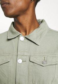 Mennace - SUNDAZE TRUCKER JACKET - Denim jacket - green - 5