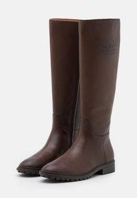 Coach - FYNN BOOT - Boots - walnut - 2