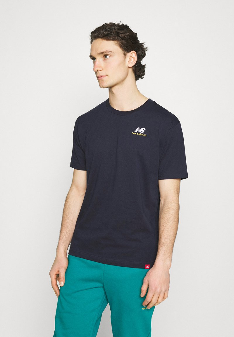 New Balance - ESSENTIALS EMBROIDERED TEE - T-shirt - bas - eclipse