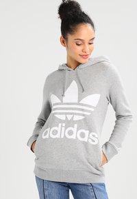adidas Originals - ADICOLOR TREFOIL HOODIE - Kapuzenpullover - grey - 0