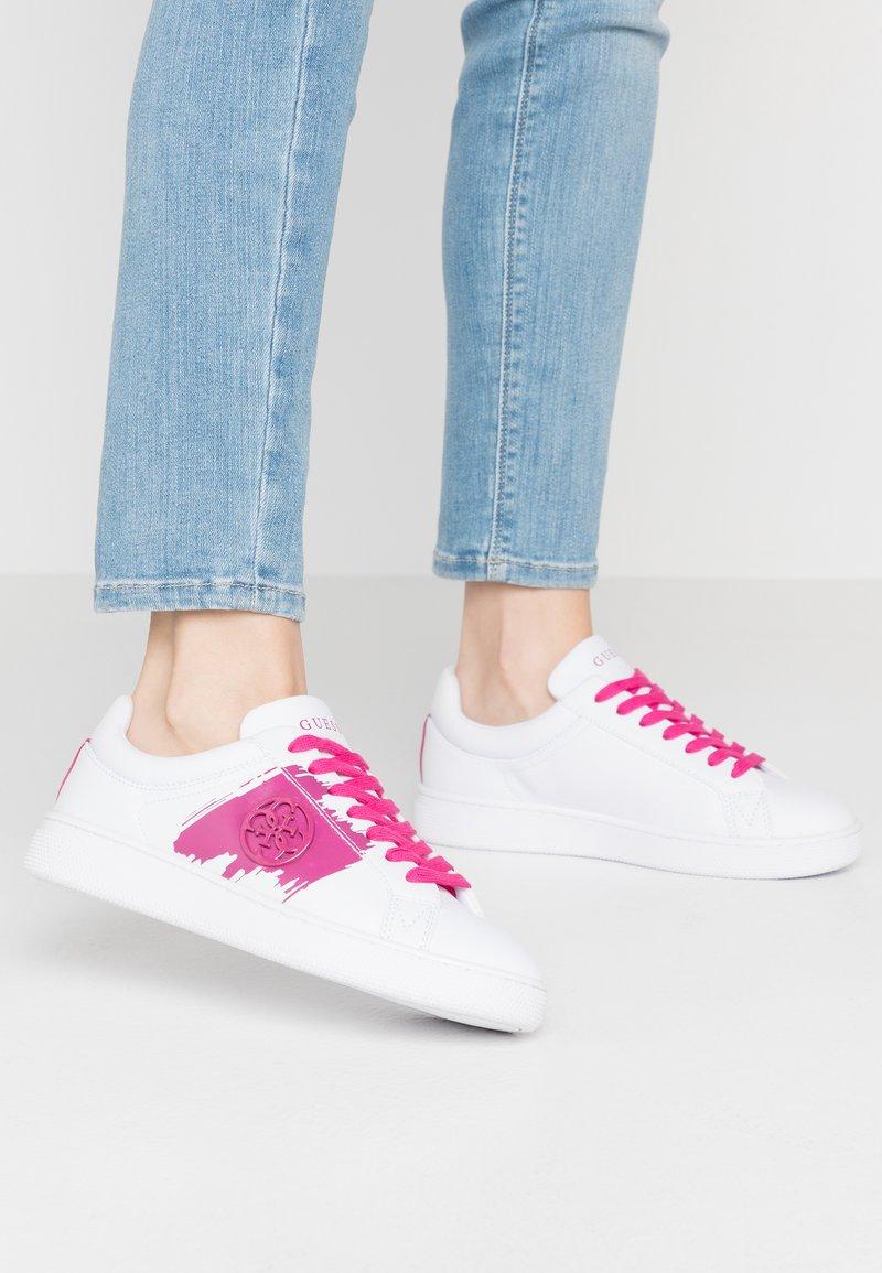 Guess - REIMA - Sneakersy niskie - white/fuxia