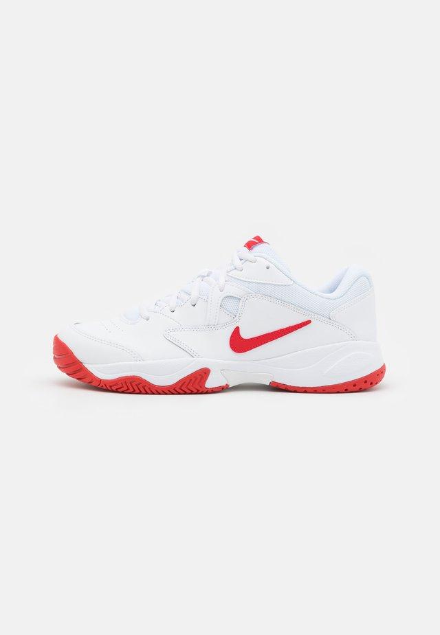 COURT LITE 2 - Scarpe da tennis per tutte le superfici - white/university red