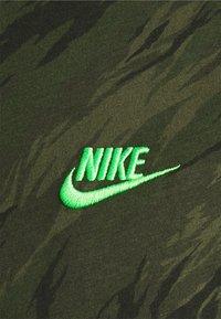 Nike Sportswear - TEE ESSENTIALS - T-shirt med print - rough green - 2
