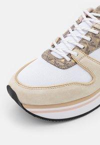 Emporio Armani - Sneakers laag - frost/ecru/gold - 6