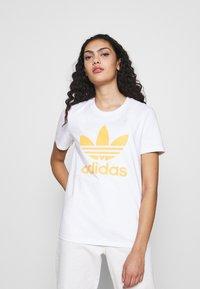 adidas Originals - TREFOIL TEE - Print T-shirt - white/core yellow - 0