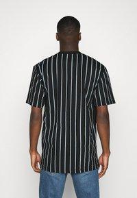 Karl Kani - SIGNATURE PINSTRIPE TEE - T-shirts print - black - 2
