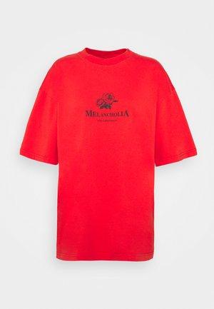 BOYFRIEND TEE SHORT SLEEVE - Printtipaita - red