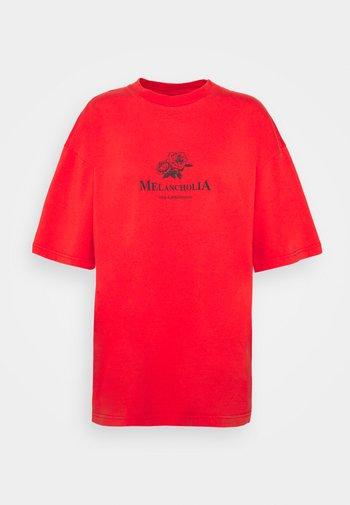 BOYFRIEND TEE SHORT SLEEVE - T-shirts med print - red