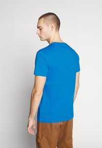 Calvin Klein Jeans - INSTIT CHEST TEE - Print T-shirt - coastal blue - 2