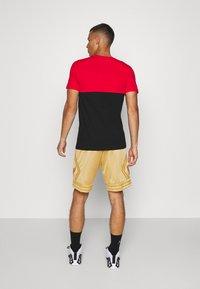 Mitchell & Ness - NBA CHICAGO BULLS MIDAS SWINGMAN SHORT - Sports shorts - metallic gold - 2
