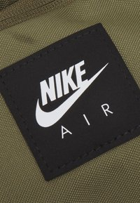 Nike Sportswear - AIR HERITAGE UNISEX - Bæltetasker - medium olive/cargo khaki/white - 3