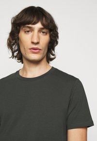 Filippa K - TEE - Basic T-shirt - dark spruce - 3