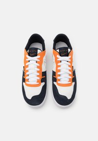 Nike Sportswear - SQUASH TYPE - Sneakers basse - summit white/dark obsidian/alpha orange/white - 5