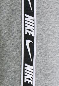 Nike Sportswear - REPEAT CREW - Sweatshirts - grey heather/white/black - 4