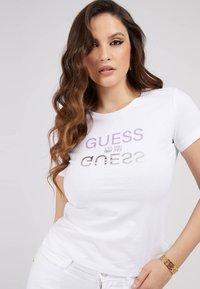 Guess - T-shirt z nadrukiem - weiß - 0