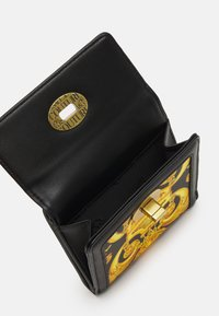 Versace Jeans Couture - LULA FRENCH WALLET - Wallet - black - 3