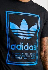 adidas Originals - VINTAGE LABEL GRAPHIC TEE - Print T-shirt - black/bluebird - 5