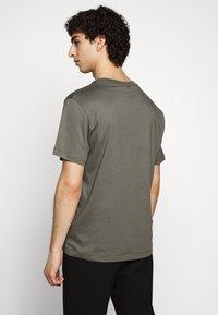 Filippa K - SINGLE CLASSIC TEE - Basic T-shirt - green/grey - 2