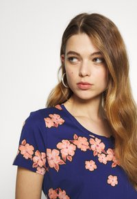 Scotch & Soda - PRINTED BOXY FIT TEE - T-shirts med print - blue/pink - 3