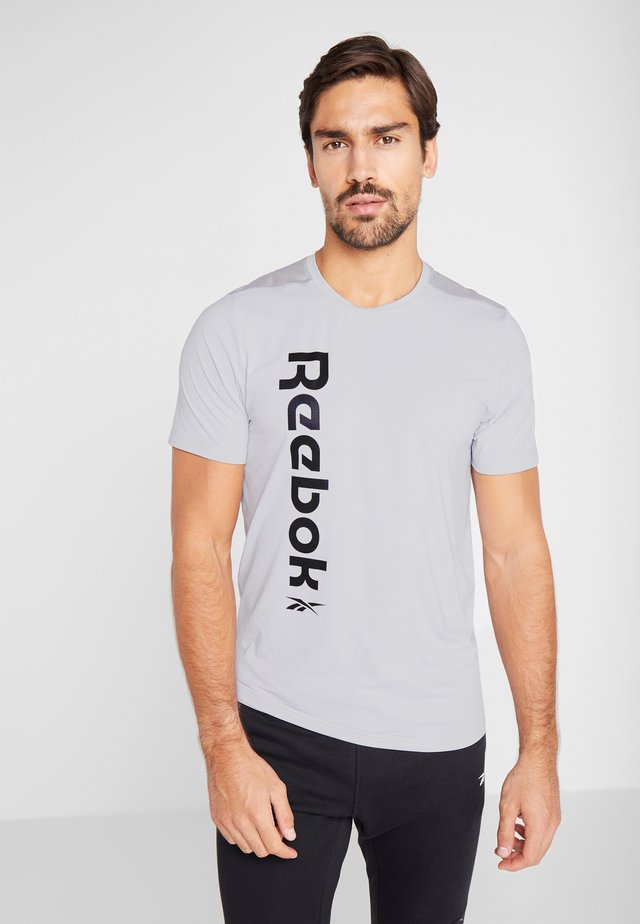 WORKOUT SPORT SHORT SLEEVE GRAPHIC TEE - T-shirts med print - grey