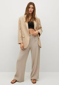 Mango - FLUIDO PLISADO - Trousers - marrón medio - 1