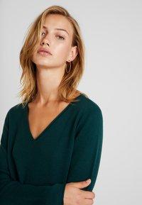 Vero Moda - VMDIANE V-NECK DRESS - Pletené šaty - ponderosa pine - 4