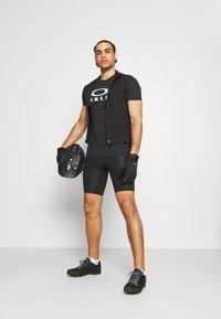 Oakley - BARK - Print T-shirt - black - 1