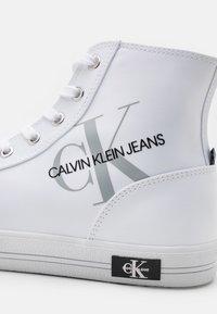 Calvin Klein Jeans - LACEUP - Sneakers alte - bright white - 5