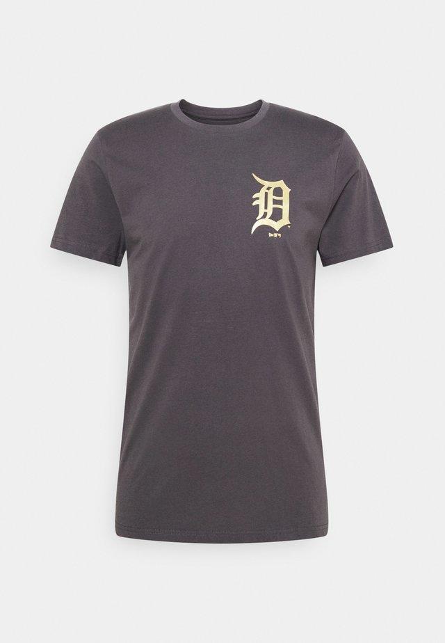 MLB DETROIT TIGERS NEW ERA METALLIC TEE - Klubové oblečení - dark grey