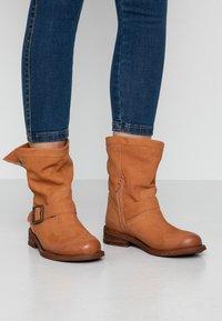 Felmini Wide Fit - GREDO - Cowboy/biker ankle boot - cognac - 0