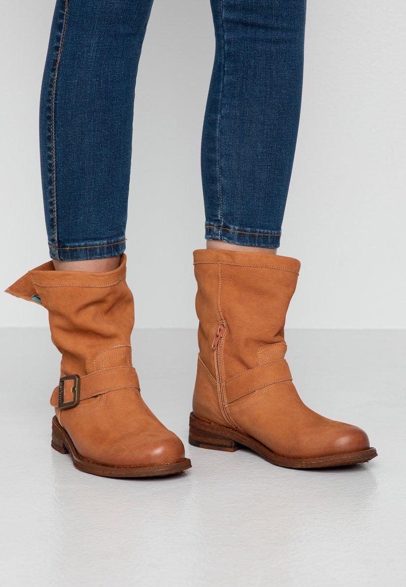 Felmini Wide Fit - GREDO - Cowboy/biker ankle boot - cognac