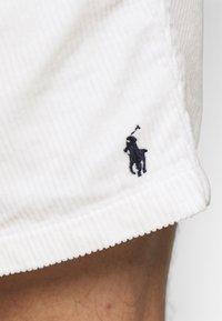 Polo Ralph Lauren - CLASSIC FIT PREPSTER SHORT - Shorts - warm white - 3