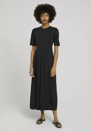 MIT FALTENLEGUNG - Jersey dress - deep black