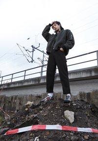 New Balance - MR530 - Sneakersy niskie - black/red - 6
