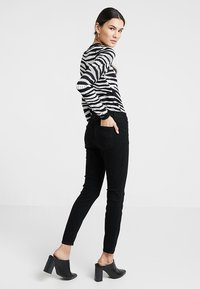 Cotton On - MID RISE GRAZER  - Jeans Skinny Fit - core black - 2
