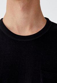 PULL&BEAR - MIT BRUSTTASCHE - T-shirt - bas - black - 3